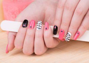 Różowo czarne paznokcie – stylowy manicure