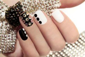 Czarne paznokcie – modne wzory