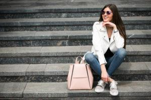 Biała ramoneska – za co ją kochamy?
