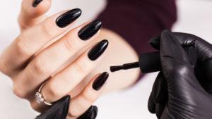 Czarne paznokcie z cyrkoniami – najlepsze inspiracje