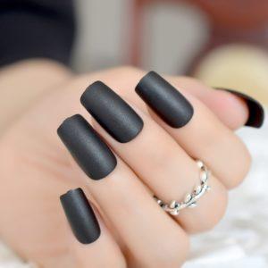 Czarne paznokcie matowe – to strzał w dziesiątkę