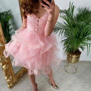 Sukienka z tiulowym dołem – dlaczego warto ją mieć w swojej szafie?