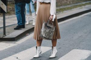 Plisowana spódnica stylizacje – z czym ją nosić?