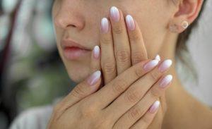 Paznokcie pudrowy róż – niezmiernie atrakcyjny manicure