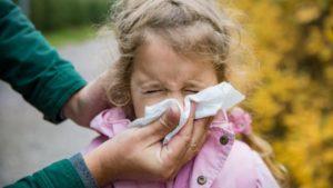 Co oznacza zielonkawy katar u dziecka?