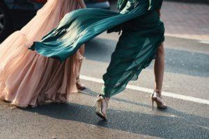 Długa sukienka z rozcięciem – jak ją poprawnie nosić?